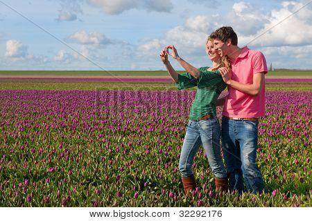 Paar niederländischen Touristen sind in den Blumenfeldern fotografieren