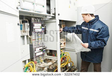 Elektriker-Generator arbeiten beschauen Verkabelung Verbindung der Hochspannungsleitung elektrische in ind