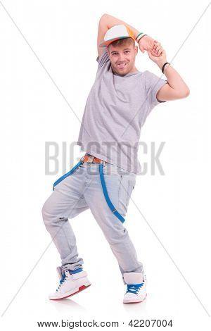 voller Länge Bild von einem jungen Tänzer posiert mit seinen Händen hinter dem Kopf und stickin