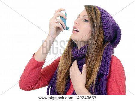 Frau mit Asthma, die Verwendung eines Asthma-Inhalator