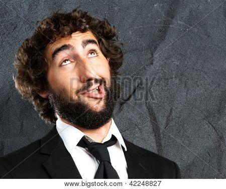 Portrait Of An unglücklich Man vor dem Grunge hintergrund