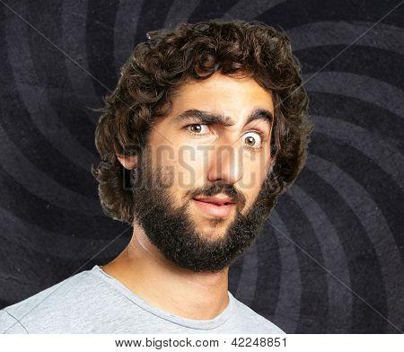 Portrait Of A Funny Man vor dem Hintergrund der Spirale
