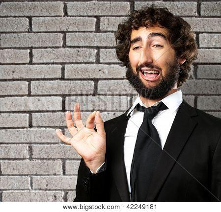 Portrait Of A Funny Businessman gegen die graue Wand