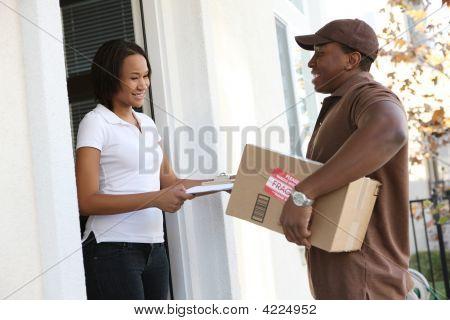 Mann Devlivering Paket