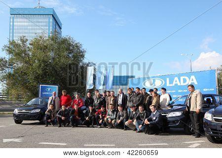 TOGLIATTI - 30 de setembro: Test drive do Lada Granta club em fábrica VAZ em 30 de setembro de 2011 no Tog