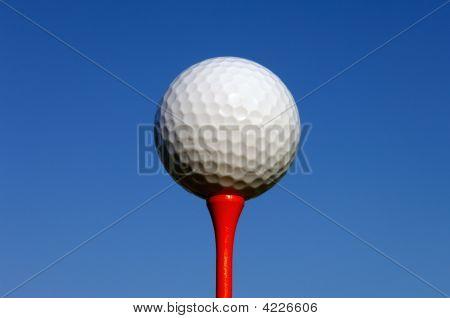 Close-Up de bola de golfe em um t
