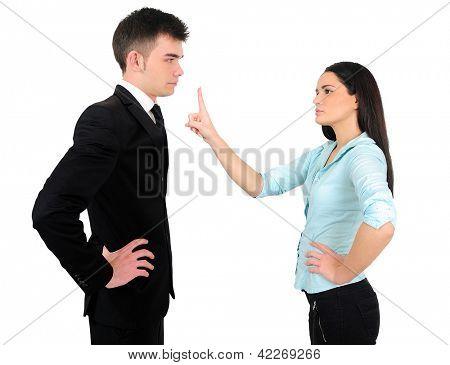 Isolado de negócios jovem casal argumentam