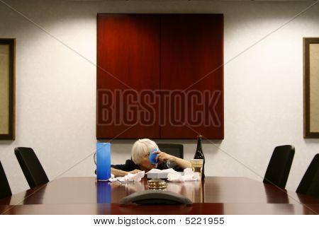 Mulher bêbada na sala de reuniões