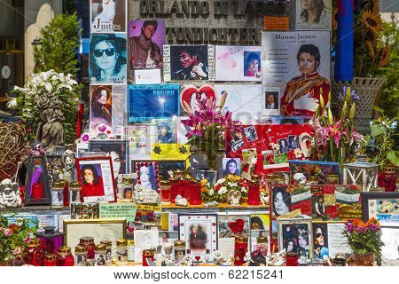 People Remember Michael Jackson With Post Cards And Personal Letters