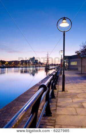 Fluss Liffey bei Nacht