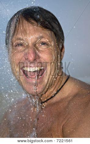Hombre feliz bajo la ducha