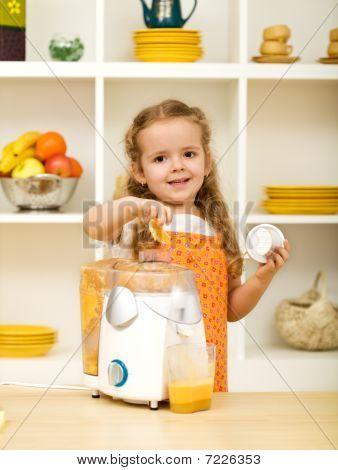 kleines Mädchen machen frische Fruchtsäfte