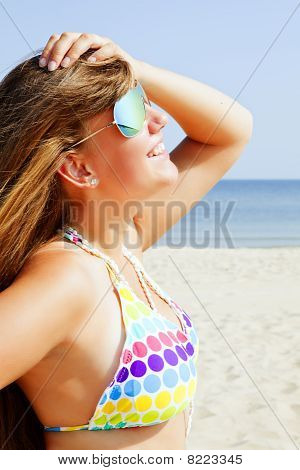 Joven sonriente en la playa