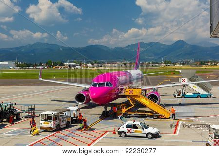 Preparation of aircraft Wizzair in Bergamo to fly