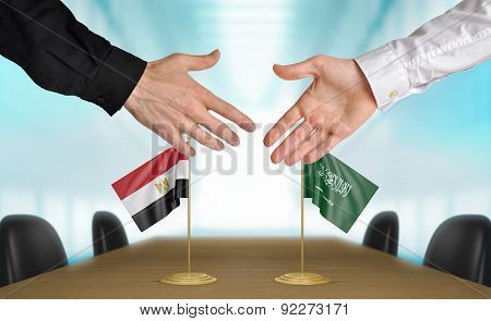Egypt and Saudi Arabia diplomats agreeing on a deal