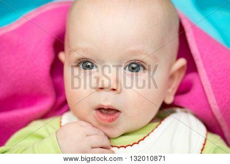 Little kid 4 month wonders of life.