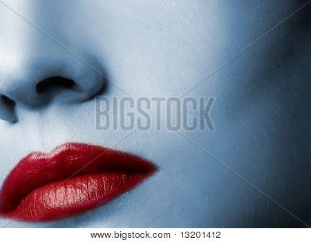 Lábios vermelhos e a pele em tons de azul