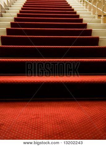 Treppen mit roten Teppich bedeckt