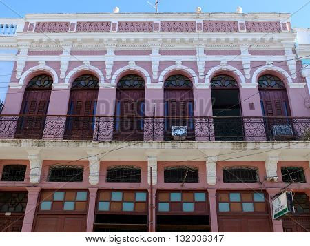 Bâtiment coloré à Cienfuegos, été à Cuba