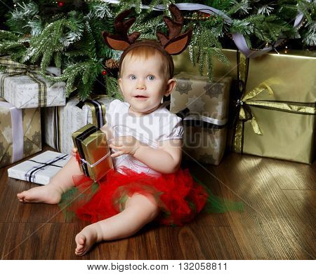 Little baby girl with the gift box