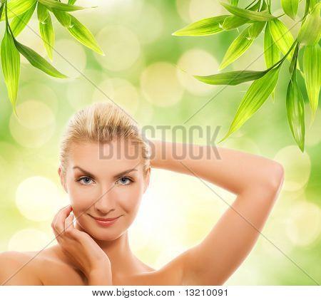 Bela jovem, aplicação de cosméticos orgânicos para sua pele