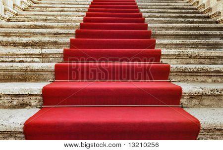 Antiguas escaleras cubiertas con alfombra roja