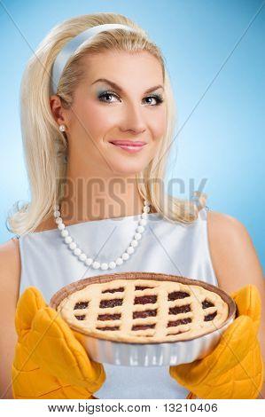 Hermosa mujer manteniendo caliente pastel italiano. Retrato estilizado retro