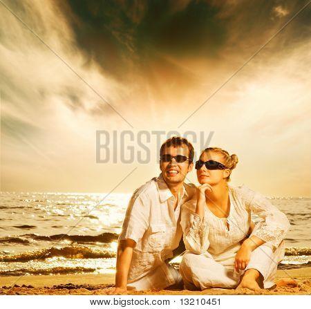 Joven hermosa pareja de enamorados en la playa