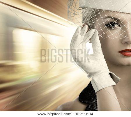 Retrato de primer plano de mujer hermosa. Tren en movimiento rápido detrás de ella