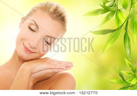 schöne, junge Frau Anwendung Bio-Kosmetik auf ihrer Haut