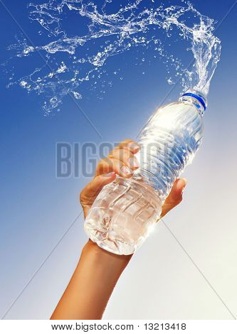 menschliche Hand hält eine Flasche Wasser