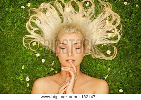 Young Woman relaxing auf einer Wiese