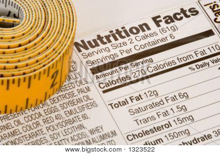 Cinta métrica al lado de información nutricional