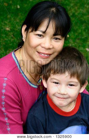 Portrait einer asiatischen Frau mit ihrem kleinen Sohn