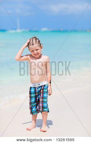 Niño lindo en la playa