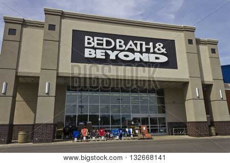 Indianapolis - Circa June 2016: Bed Bath & Beyond Retail Location. Bed Bath & Beyond is a Chain with a Varied Selection of Home Goods I