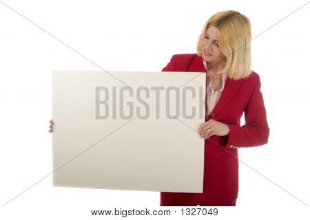 Mujer con cartel en blanco