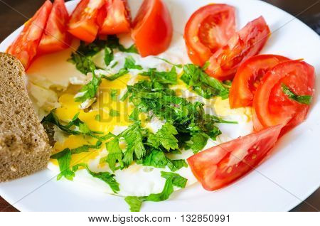 scrambled egg with tomato parsley and bread