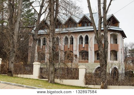 The original cottage of the fence. Architecture and attractions of the city of Kislovodsk.