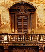 Постер, плакат: Старинные окна и балкон