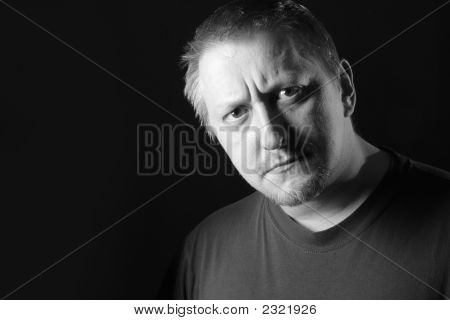 Homem sério, olhando para a câmera