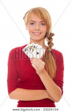 Joven sosteniendo en la mano tarjeta del póker con combinación de escalera real de clubes