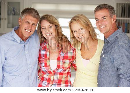 Mitte Alter-Paare, die Entspannung zu Hause