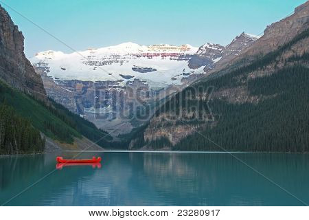 Rote Kanus am Lake Louise Banff-Nationalpark, Alberta, Kanada
