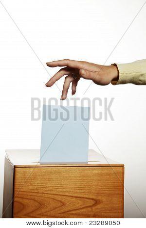 Frau bei der Abstimmung Stand