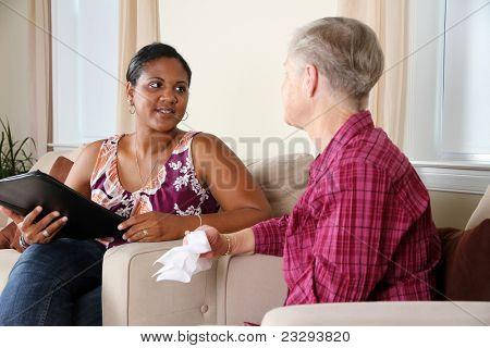 Eine Person, die durch ihre Beratung-Sitzung