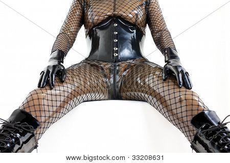 detalle de la mujer que se sienta vestida de látex
