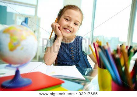 Porträt von schönen Mädchen Blick in die Kamera während des Zeichnens