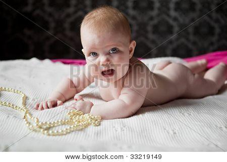 可爱的小女孩躺在地毯上