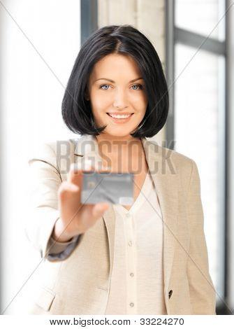 brilhante imagem de mulher feliz com cartão de crédito